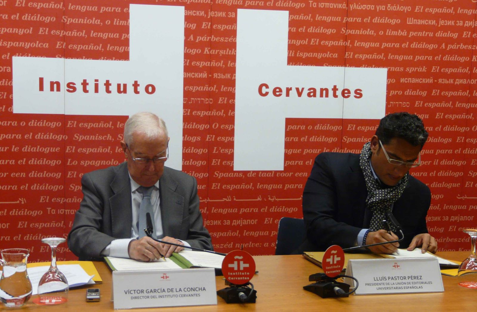 Firma del Convenio UNE - Instituto Cervantes / R.B.