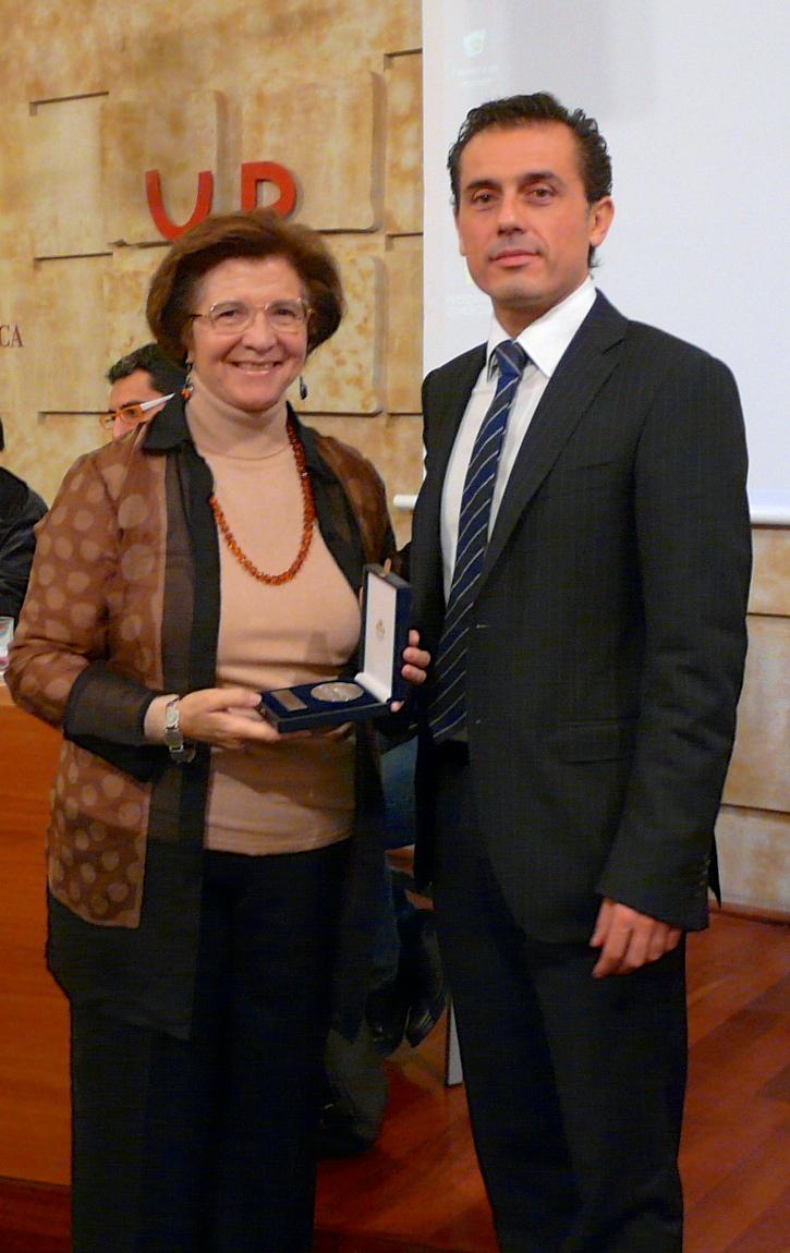 Camino Cañón, recibe la medalla de socia de honor de la UNE