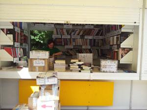 Desmontando la caseta de la UNE Feria Madrid 2012. Foto.: Libromares