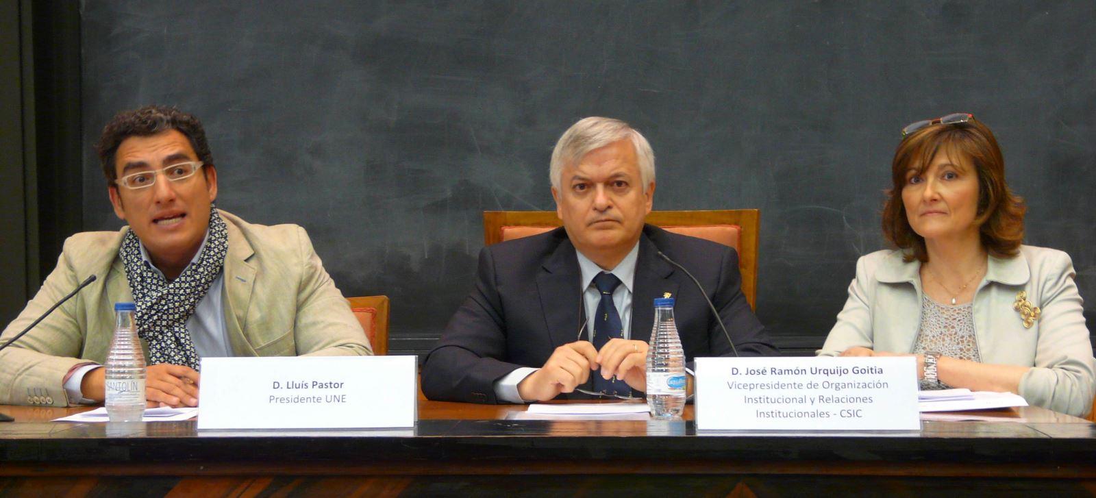 Lluís Pastor, presidente de la UNE; José Ramón Urquijo, vicepresidente del CSIC (centro); y Maribel Cabrera, directora de las Jornadas.
