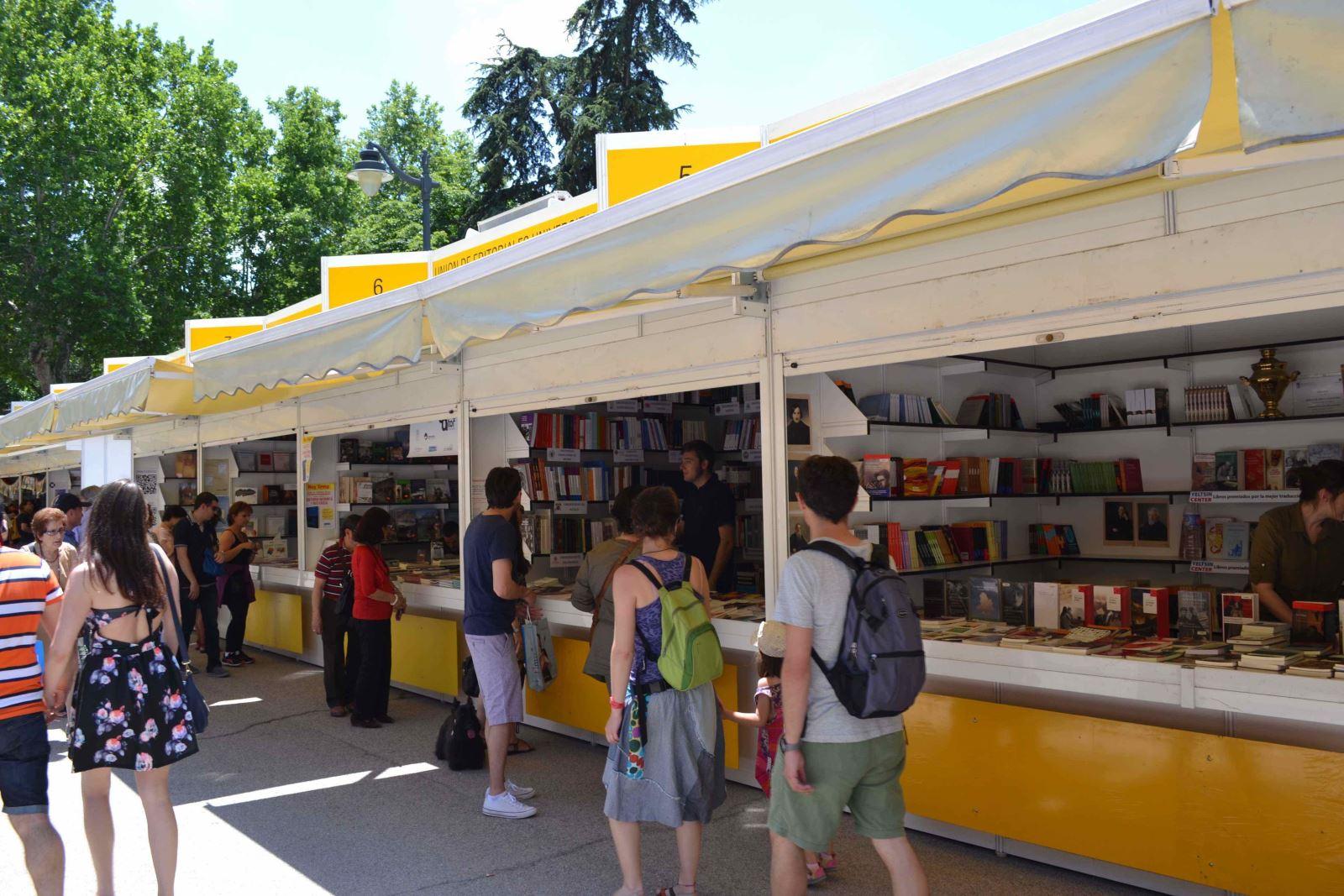 Caseta de la UNE en la Feria del Libro de Madrid 2015 / A.F.
