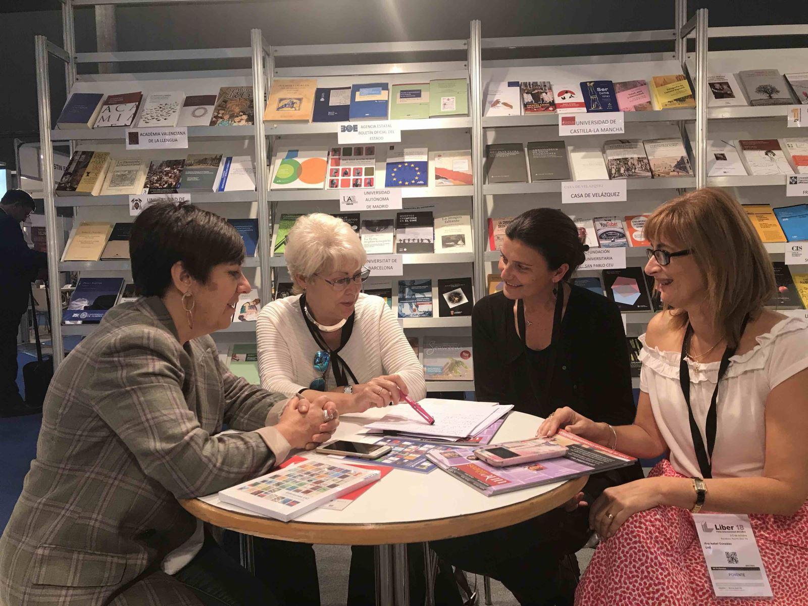 M. Angélica Zegers (2d), directora de Ediciones UC, y Ana Isabel González (1d), presidenta de la UNE, durante una reunión preparatoria del convenio con Belén Recio (1i), responsable de comercialización, internacionalización e intercambio científico de la UNE,y Alicia Buil (2i), secretaría técnica de la asociación.