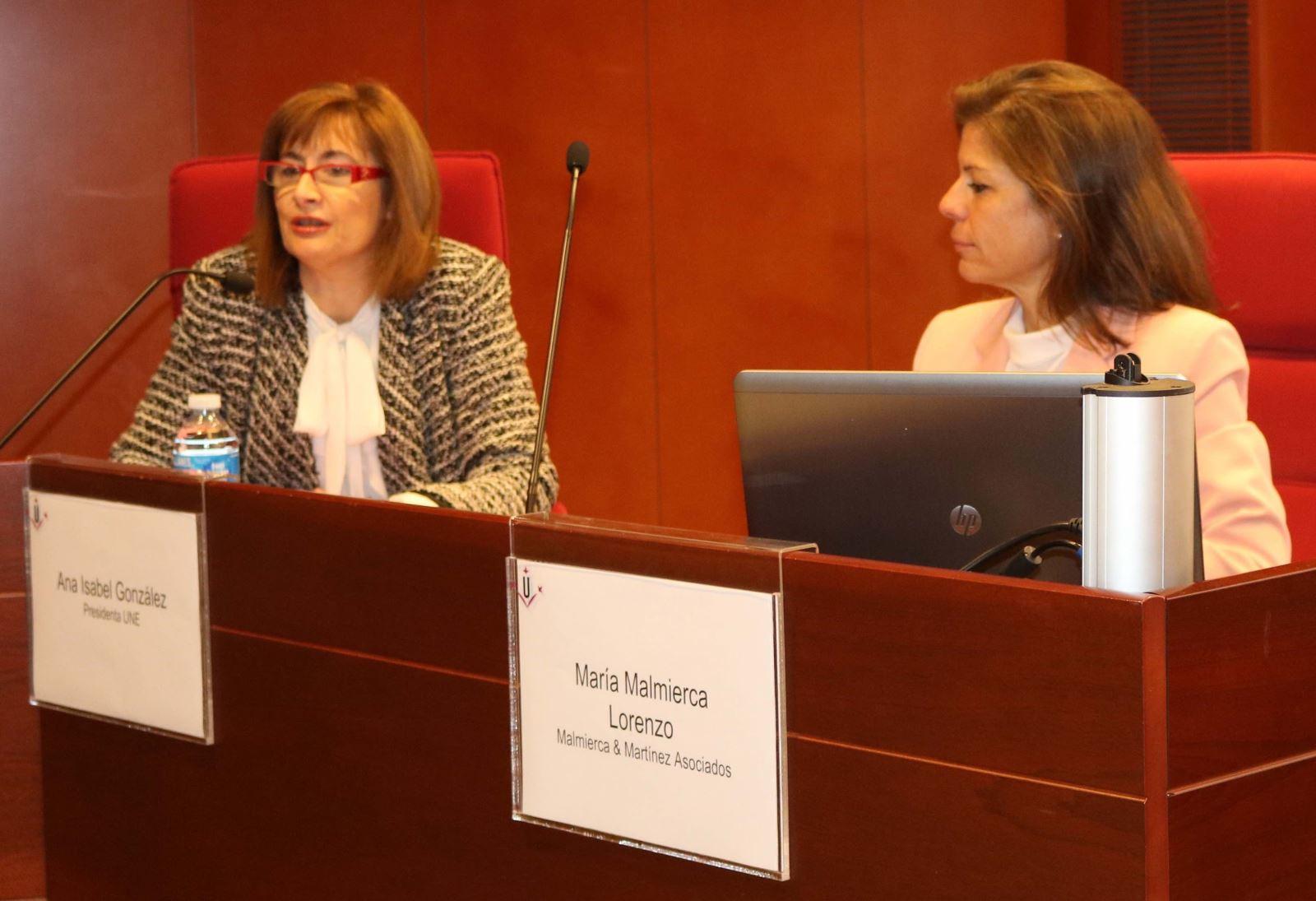 La presidenta de la UNE, Ana Isabel González (i), y la abogada María Malmierca (d) en unas jornadas sobre propiedad intelectual.
