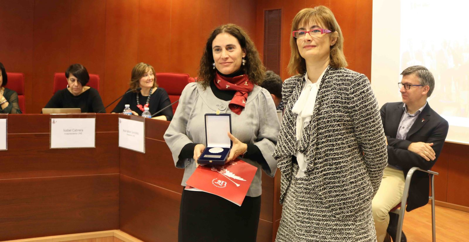 Medalla de Honor de la UNE a Antonio Caballos (recogió Araceli López)